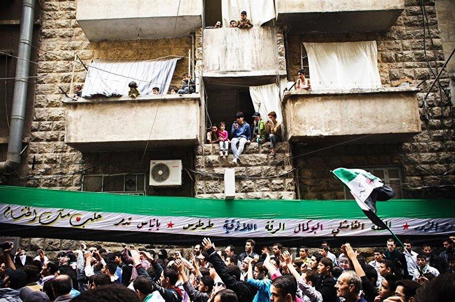 Suriyeliler, 2011'de reform talebiyle sokaklara döküldüğünde, rejime karşı henüz silahlı herhangi bir girişim yoktu.