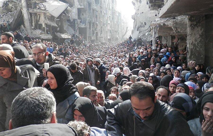 Suriye'deki Yermük kampında yaşayan Filistinli mülteciler, Esed rejiiminin saldırıları sonucunda kampı terk etmek zorunda kalmışlardı.