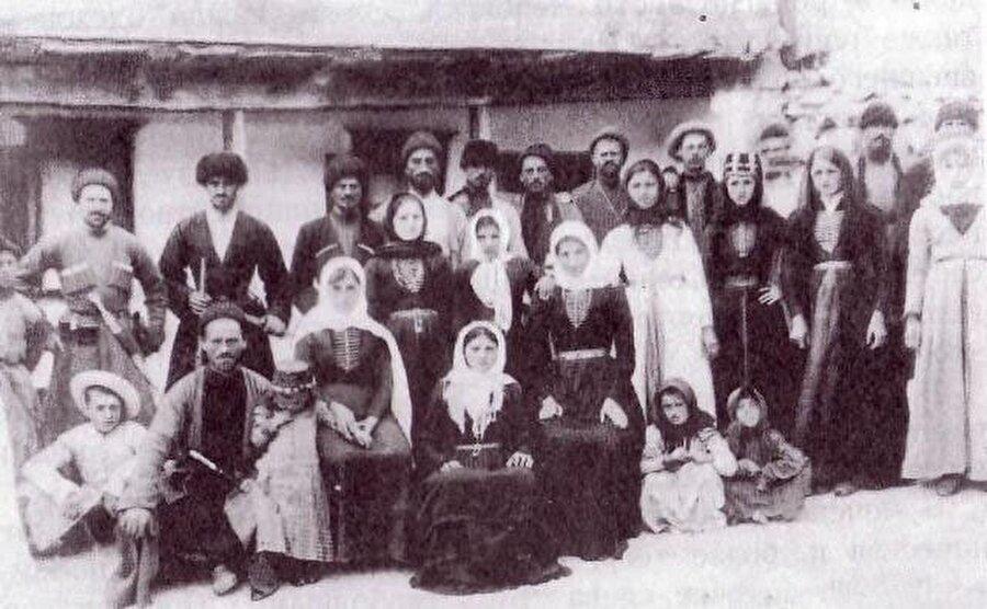 Çeçenler, tıpkı diğer Kafkas halkları gibi, aileye ve akrabalık ilişkilerine büyük önem verirler.