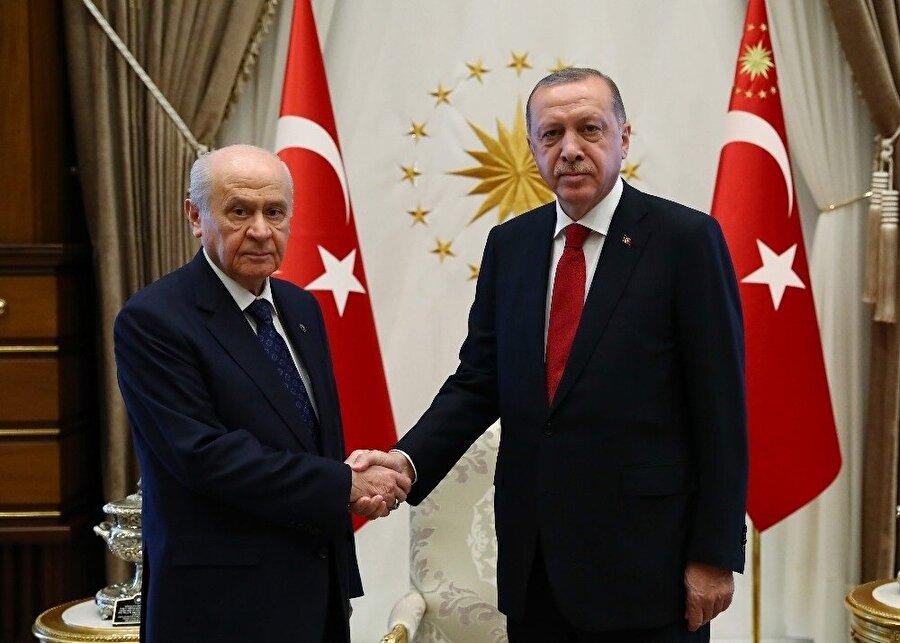 Erdoğan, dün İstanbul'da katıldığı Cumhurbaşkanlığı Hükümet Sistemi'ne geçiş süreciyle ilgili değerlendirme toplantısının ardından bugün MHP Genel Başkanı Bahçeli'yi Cumhurbaşkanlığı Külliyesi'nde kabul etti.