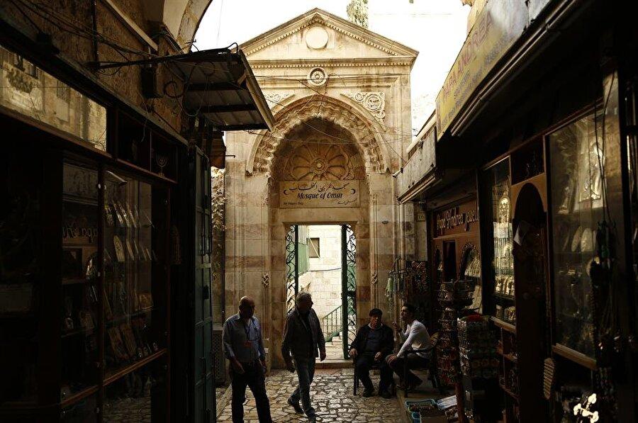 Hz. Ömer'in şehri teslim aldıktan sonra ilk namazını kıldığı alana inşa edilen ve adını taşıyan camiye açılan kapı. (Fotoğraf: İsmail Çağılcı)