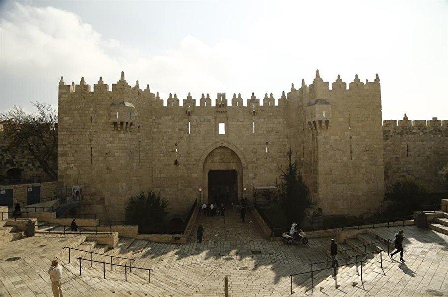 Kanuni Sultan Süleyman tarafından yaptırılan surların en ihtişamlı parçası olan Şam Kapısı, ismini bulunduğu yönden alıyor. (Fotoğraf: İsmail Çağılcı)