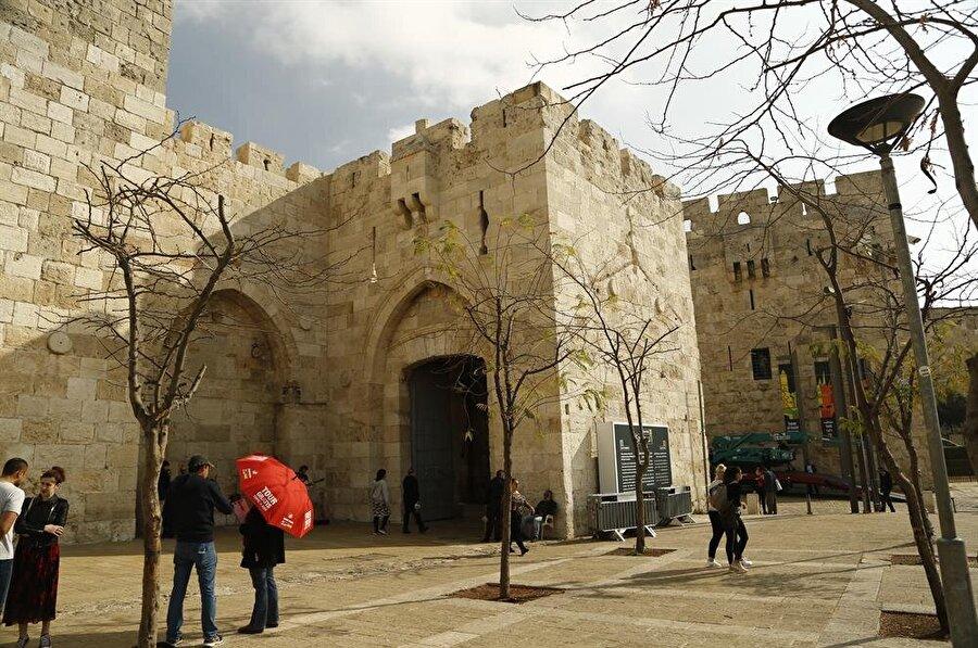 """Meşhur """"Lâ ilâhe illallah, İbrahim halîlullah"""" kitabesi, El Halil Kapısı'nın iç kısmında yer alır. (Fotoğraf: İsmail Çağılcı)"""