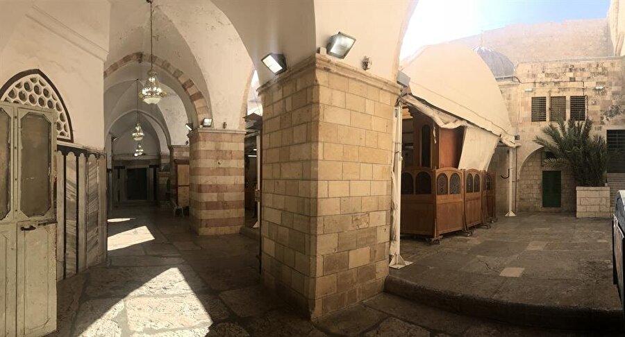 Hz. İbrahim Camii'nin normalde sinagog olarak kullanılan iç avlusu. (Fotoğraf: İbrahim Furkan Özdemir)