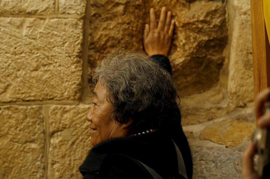 """Hz. İsa'nın sırtında taşıdığı haçla birlikte Kıyame Kilisesi'ne doğru yürüdüğüne inanılan güzergah bugün """"Via Dolorosa (Çile Yolu)"""" olarak biliniyor. (Fotoğraf: İsmail Çağılcı)"""