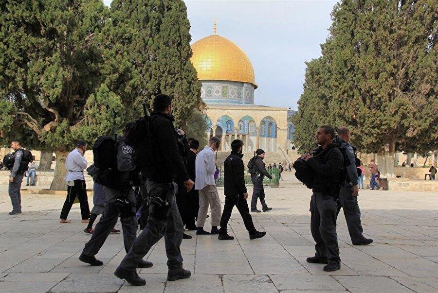 Radikal Yahudilerin polis eşliğinde Aksa'ya gerçekleştirdiği ziyaretler, Filistinlilerin tepkisine neden oluyor.