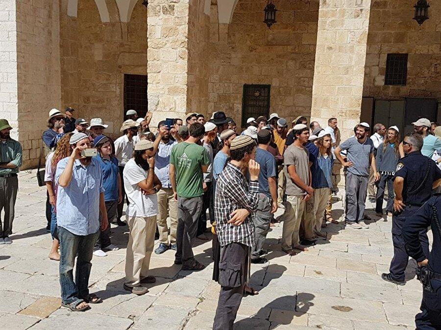 """Siyonist gruplar içinde, Aksa'nın yıkılarak yerine """"Süleyman Mabedi""""nin inşa edilmesini talep edenler çoğunluğu teşkil ediyor."""