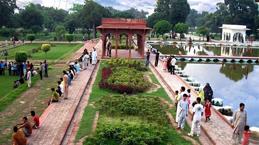 Lahor'un sıcak havasında, bahçeler insanlar için serin birer sığınağa dönüşüyor.
