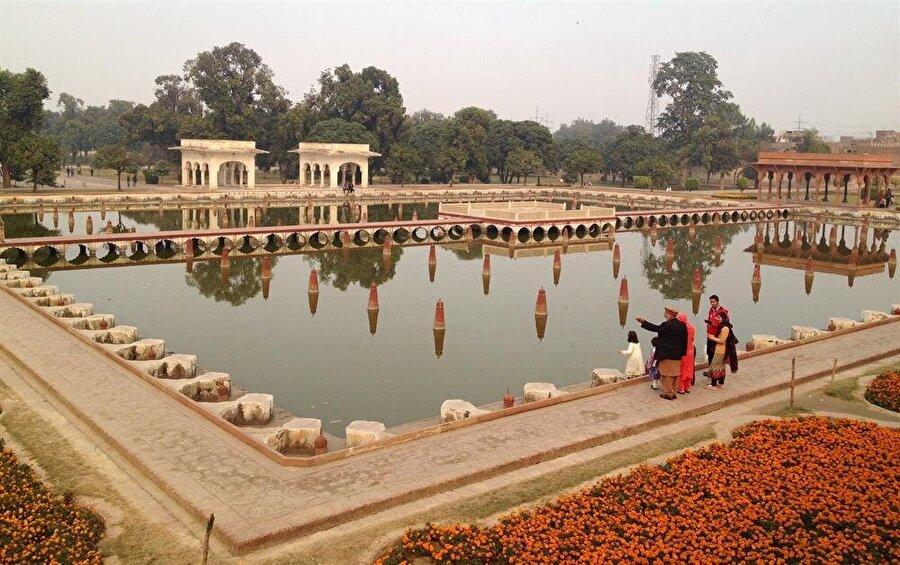 Babürlü mimarlar, bahçenin çeşitli noktalarına seyir terasları da inşa etmişti.