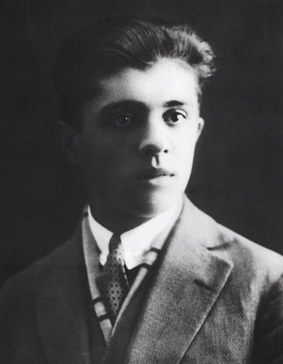 Enver Hoca'nın komünizme olan ilgisi Fransa'da yüksek tahsil yaptığı günlerde pekişmişti.