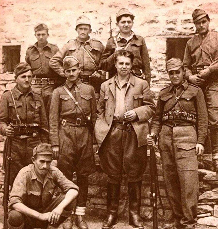Enver Hoca, İtalyanlara ve Almanlara karşı mücadeleyi yürüten Partizanlarla bir arada.