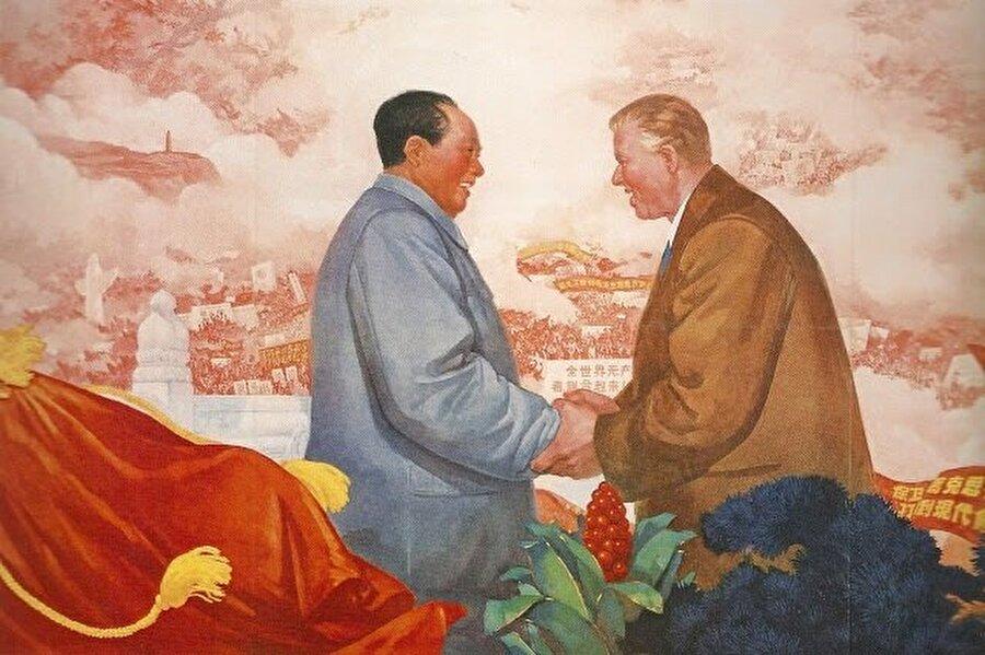 Mao Zedong ve Enver Hoca'yı bir arada gösteren propaganda görselleri yaygın olarak kullanılmıştı.