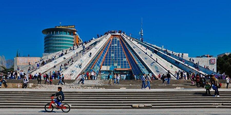 Ener Hoca'nın kendisi için inşa ettirdiği piramit formundaki anıt mezar, günümüzde halka açık etkinlikler düzenlenen bir merkez olarak kullanılıyor.