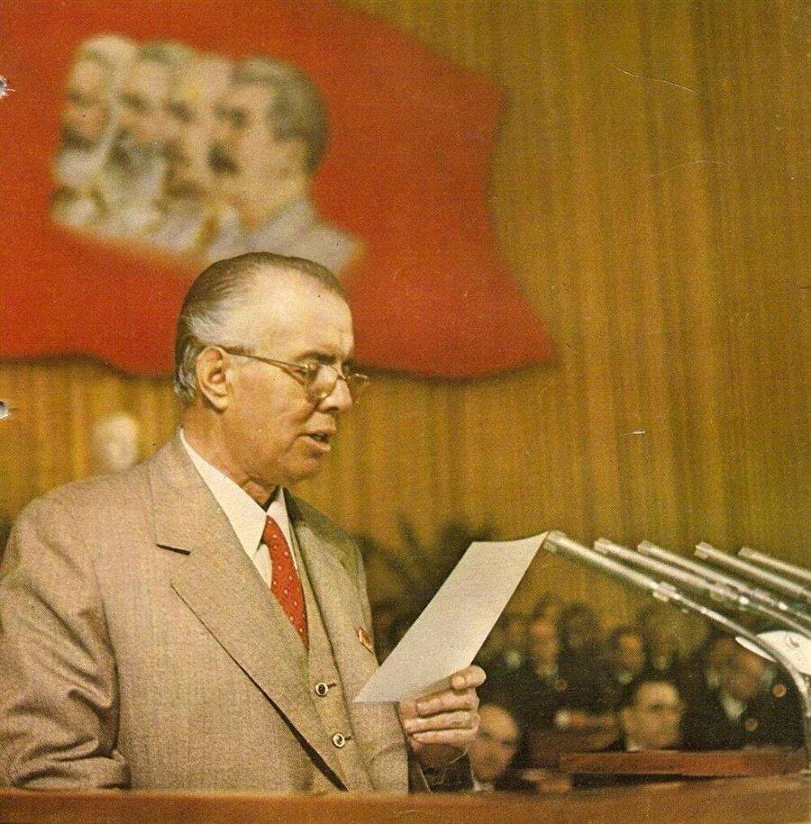 Enver Hoca ömrünün son yıllarında giderek paranoyak bir ruh haline büründü ve politikaları da aynı doğrultuda katılaştı.