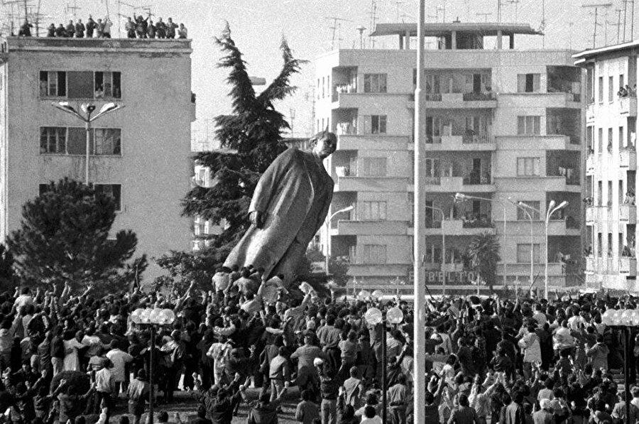 Tiran'ın İskender Meydanı'nda toplanan binlerce genç, Enver Hoca'nın heykelini devirmiş ve bir devrin kapandığını tüm dünyaya ilan etmişlerdi.