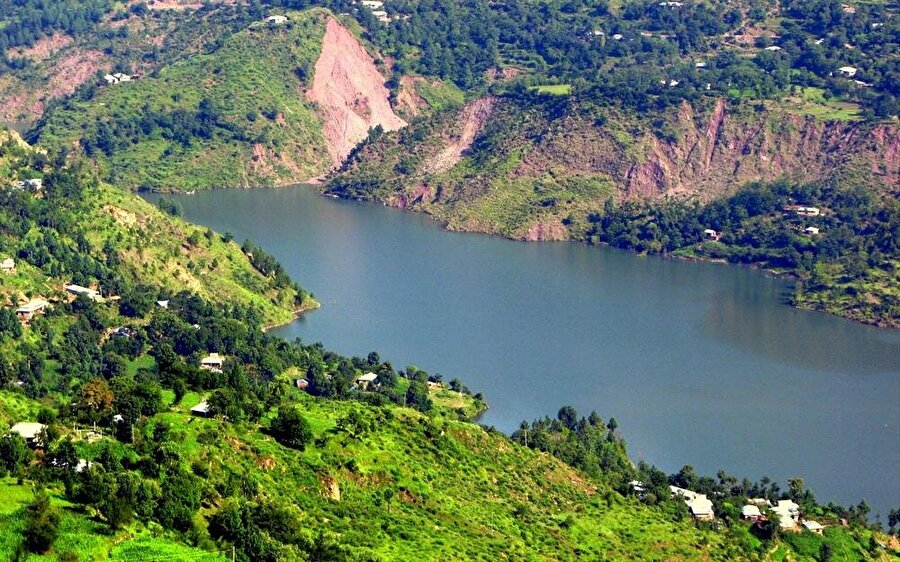 """2005'teki depremin ardından gerçekleşen heyelanla oluşan """"Zilzal Gölü"""", Muzafferabad yakınlarında yer alıyor."""
