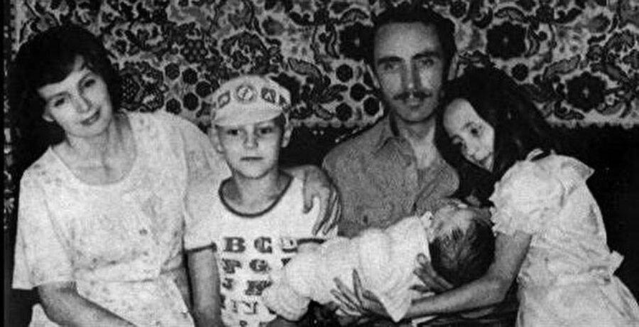 Cahar Dudayev ve ailesi, Degi'nin doğumundan kısa süre sonra.