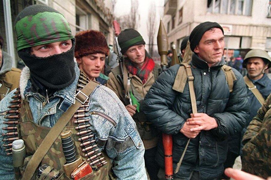 Topraklarını Ruslardan kurtarmak isteyen Çeçen direnişçiler, silah ve mühimmat yetersizliklerine karşın, oldukça önemli bir direniş gösterdiler.