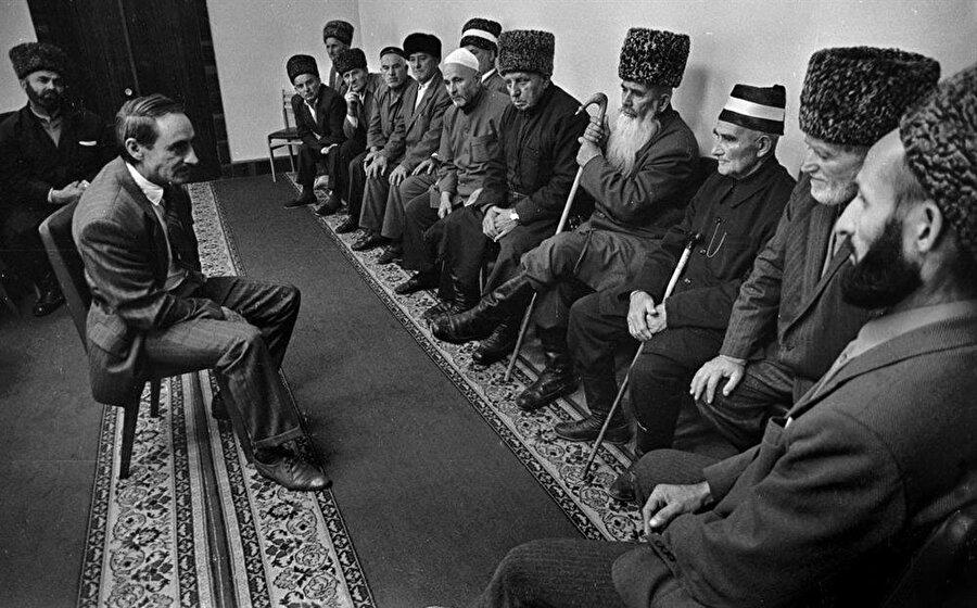 Cahar Dudayev, Kafkas halkarını bir araya getirmek ve bağımsız bir devlet kurmak adına silahlı mücadelenin yanı sıra politik bir mücadele de verdi.