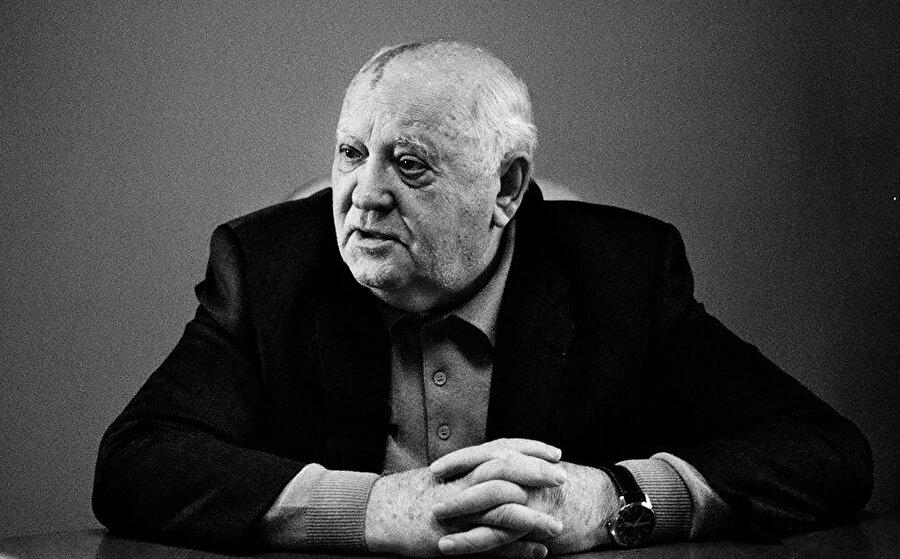 Mihail Gorbaçov'un ülkenin başına geçmesiyle birlikte SSCB'nin dağılma süreci hızlandı ve federe devletlerin bağımsızlık ilanları birbiri ardına geldi.