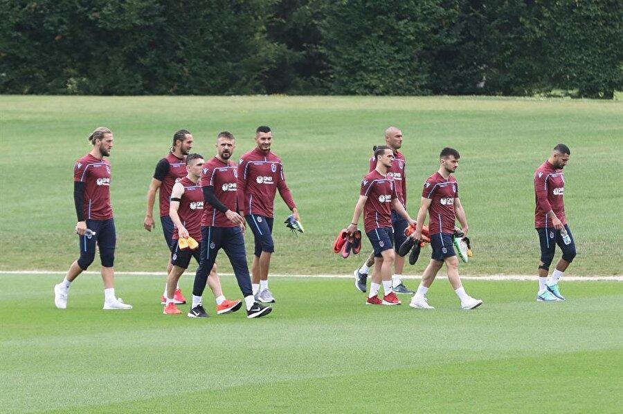 Bordo-mavili futbolcular hırslarıyla teknik direktör Karaman'ın yüzünü güldürüyor.