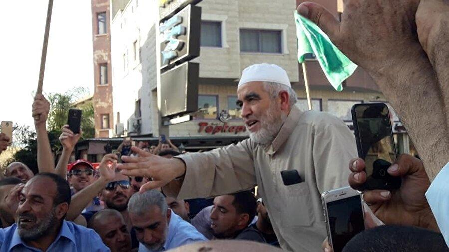 Ev hapsi cezasını çekmek üzere Kefr Kanna'ya gelen Raid Salah, coşkulu bir kalabalık tarafından karşılandı.