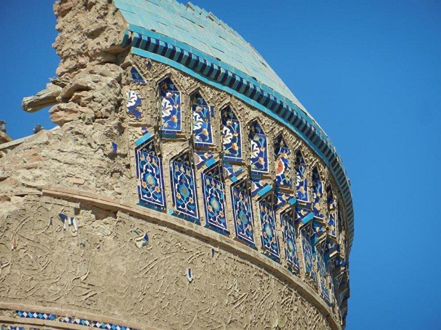 Şehirdeki tarihi eserlerin yıkıntıları bile, vaktiyle yaşanan görkemi gözler önüne sermeye yetiyor.