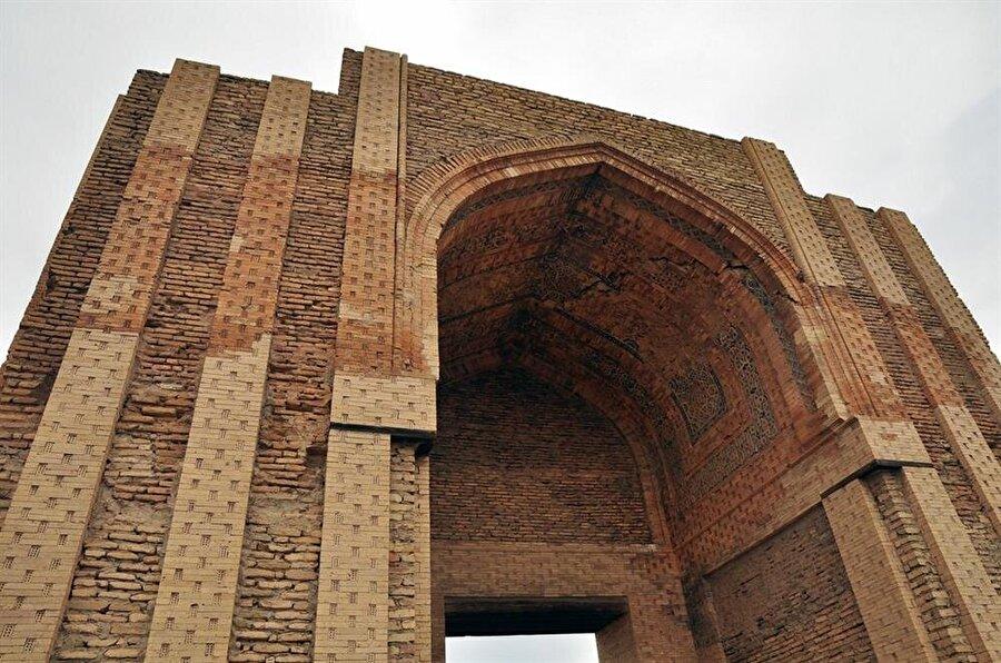 Moğol istilasından ciddi şekilde etkilenen Köhne Ürgenç, günümüzde az sayıda tarihi esere ev sahipliği yapıyor.