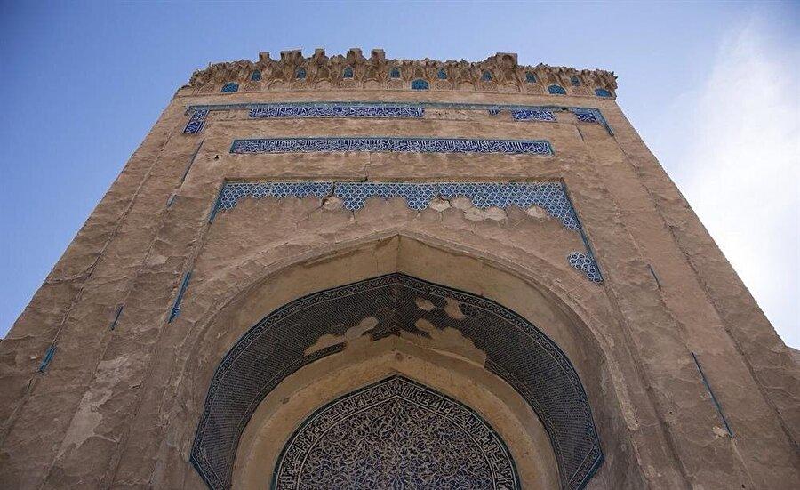 Necmeddin Kübra türbesinin taç kapısı.