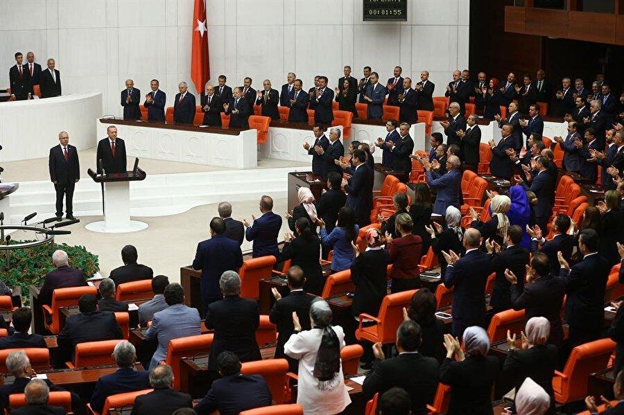 Erdoğan'ın yemin töreni esnasında MHP ve AK Partili milletvekilleri ayakta bekledi.