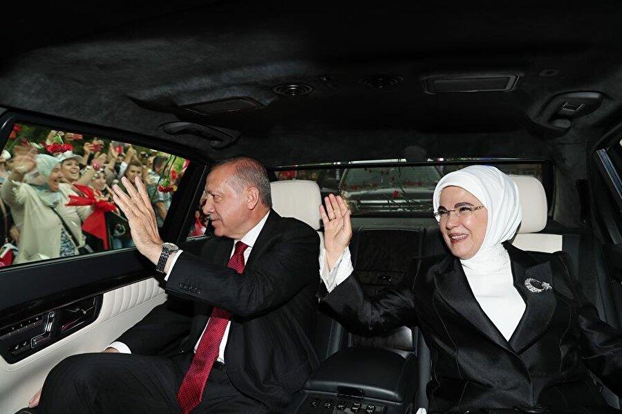Cumhurbaşkanı Recep Tayyip Erdoğan ve eşi Emine Erdoğan TBMM'ye giderken halkı selamladı.