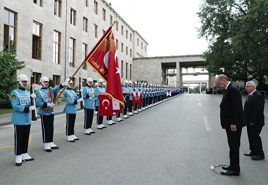 Tören kıtası yemin töreni öncesi Cumhurbaşkanı Recep Tayyip Erdoğan'ı karşıladı.