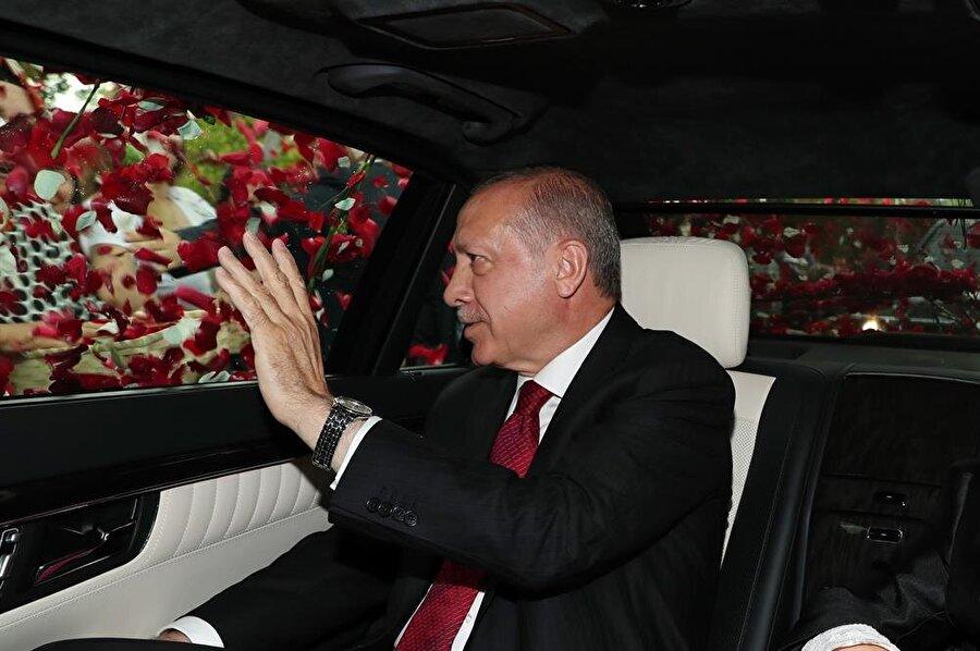 Halk yemin töreni öncesi Erdoğan'ın aracına güller atarak sevki gösterisinde bulundu.