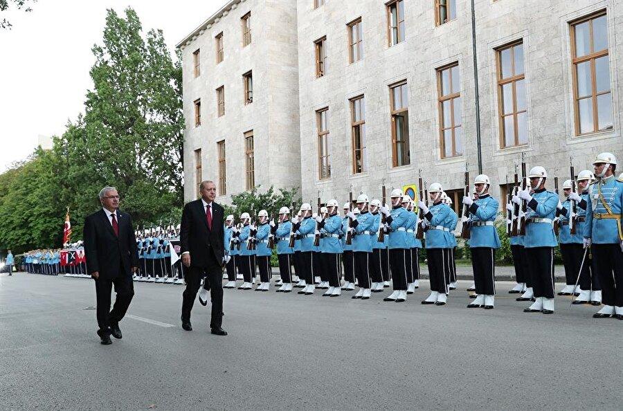 Cumhurbaşkanı Erdoğan tören kıtasını selamlarken