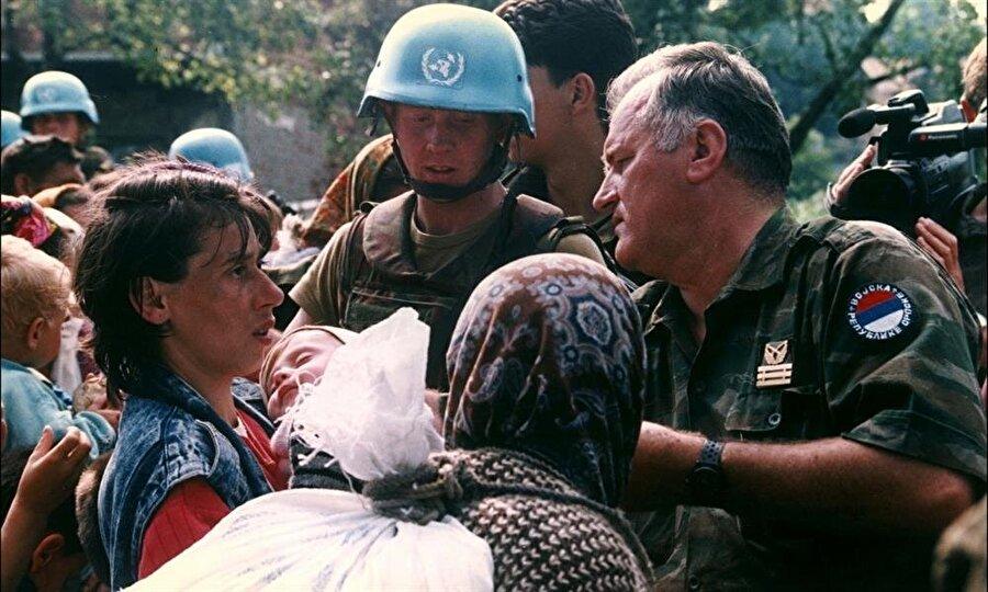 Şehirde bulunan Birleşmiş Milletler Barış Gücü askerleri adeta Sırplara eşlik ediyordu.