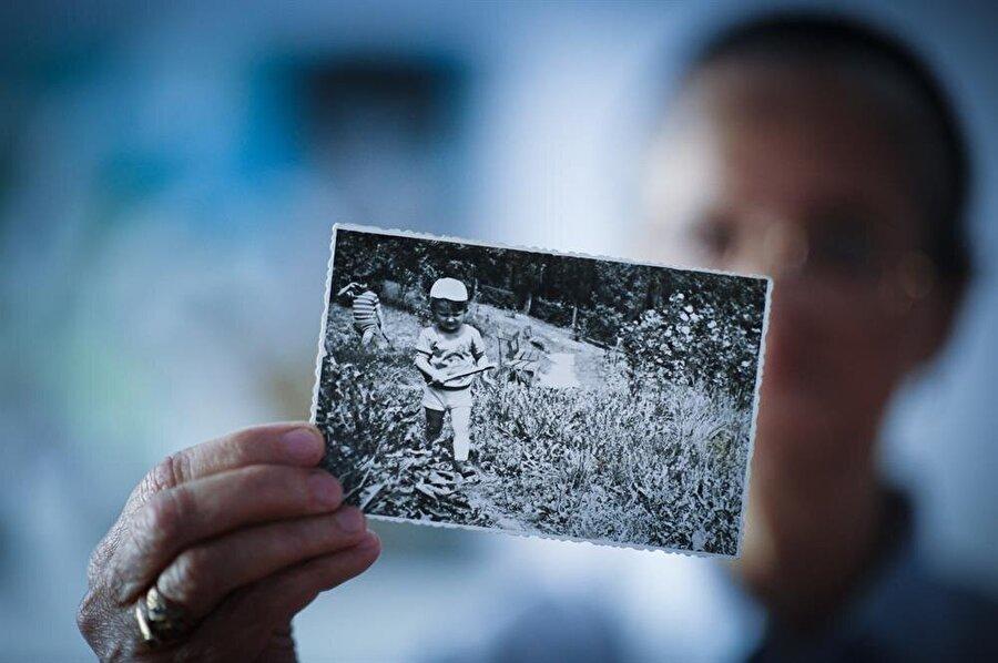 Hajra Catic, oğlu Nihad'ın fotoğraflarıyla acısını bastırmaya çalışıyor.