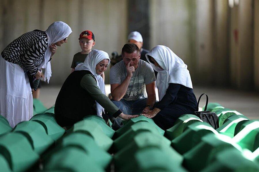Srebrenitsa'da bulunan toplu mezarlardan çıkarılan ve kimliği tespit edilen kemikler, her yıl 11 Temmuz'da toprağa veriliyor.