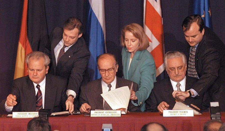 14 Aralık 1995'de ABD'de imzalanan Dayton Anlaşması'yla bağımsız Bosna-Hersek resmen kuruldu.