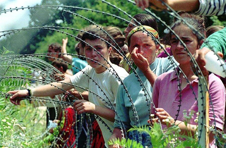 10 Temmuz 1995'de Srebrenitsa'nın etrafı kuşatılmış ve şehirdeki binlerce insan düşmanlarına teslim edilmişti.