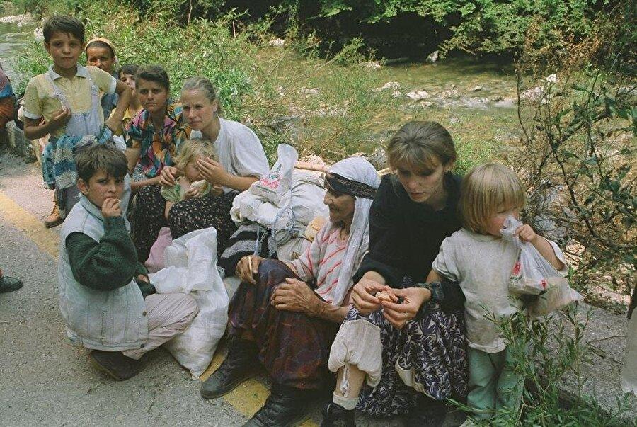 10 Temmuz 1995 günü Srebrenitsa şehir merkezinde bulunan toplanma alanları, Sırplar tarafından bombardımana tutulmuştu.
