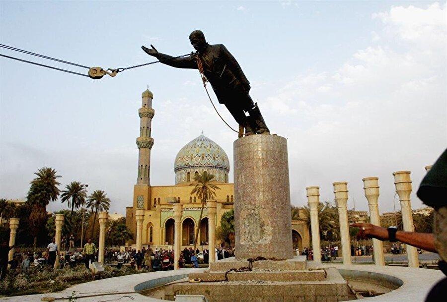 2003 yılında Bağdat'a giren Amerikan askerleri, Saddam Hüsey'in heykelini devirmişti.