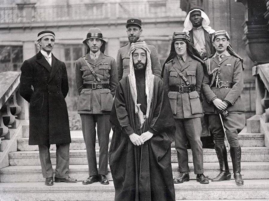 Faysal (Önde), Lawrence (sağdan iki) ve beraberlerindeki heyet Paris'te düzenlenen barış konferasında.