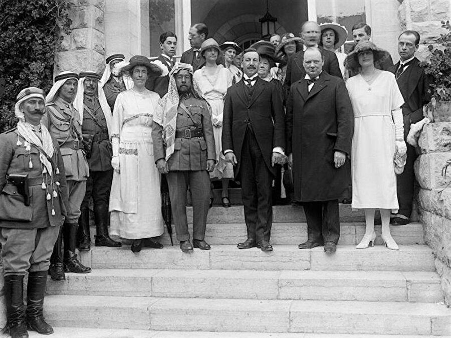 Kahire'de toplanan Ortadoğu Konferansı'na Winston Churchill, Edmund Allenby, Emir Abdullah, Gertrude Bell ve T. E. Lawrence gibi isimler katılmıştı.