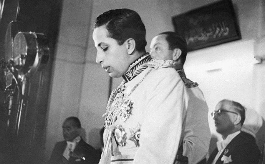 Kral İkinci Faysal, naibi Prens Abdulilah birlikte meclis kürsüsünde.