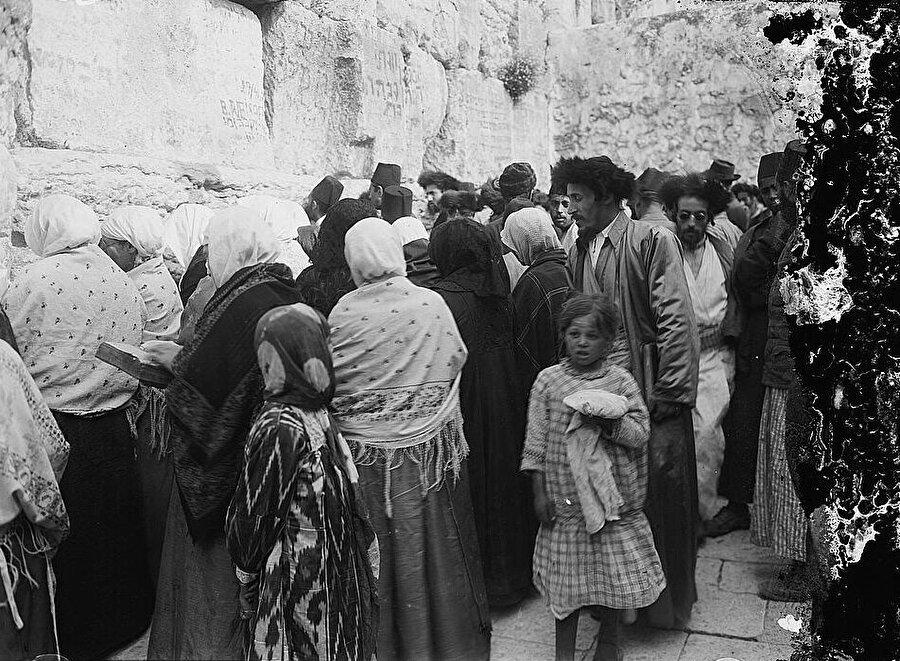 Yahudiler, Ağlama Duvarı'na dokunarak ibadet etme hakkını, yüz yıllar sonra ilk kez Kanuni Sultan Süleyman döneminde elde ettiler.