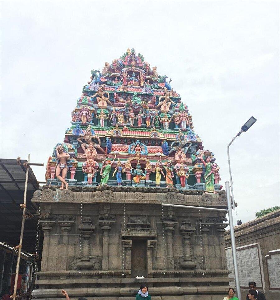 Kapaleeshwarar tapınağının önündeki yapı Hindu inancındaki tanrıların tasvirini barındırıyor. (Fotoğraf: Ahmet Sücüllülü)