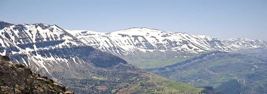 Lübnan'daki dağların zirvelerini, yılın birçok mevsiminde bembeyaz karlarla kaplı görmek mümkündür.