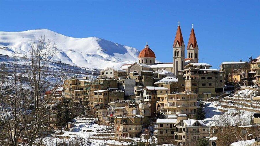 Lübnan'ın bazı dağ köylerinde manzara, Alplerden farksızdır.