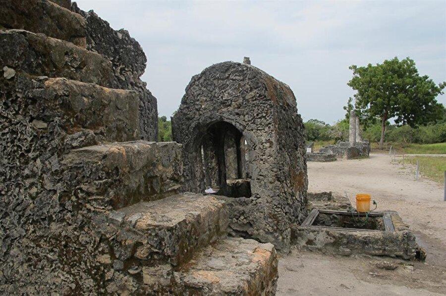 Bagamoyo Camii'nin bahçesinde bulunan mezarların yazıtları da araştırmacıların ilgisini çekiyor.