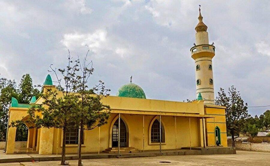 Sade bir mimari ile inşa edilmiş Necaşi Camii.
